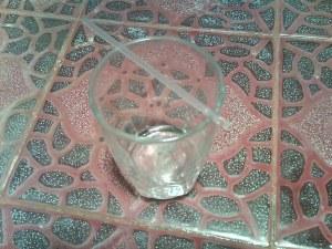 gelas berisi air panas dan sedotan